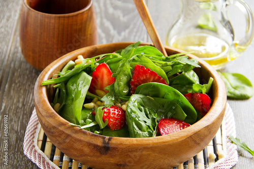 Plexiglas Salade Light salad with spinach and strawberries.