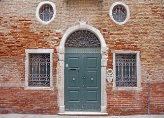 vecchio portone e finestre