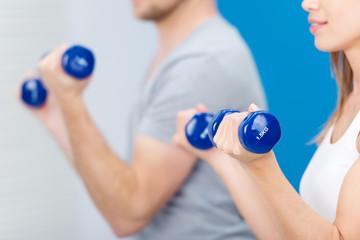 mann und frau trainieren mit gewichten