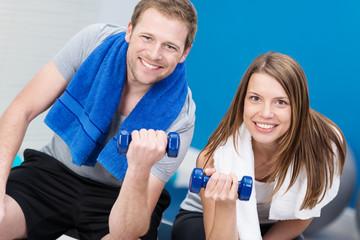 sportliches paar trainiert im fitness-studio