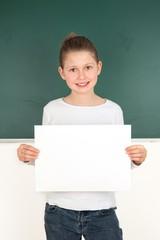 Schülerin hält ein weißes Schild