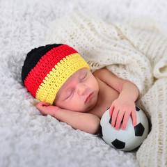 Newborn als Fußballfan