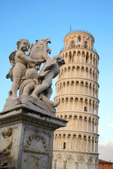 Pisa - la fontana dei putti e la torre