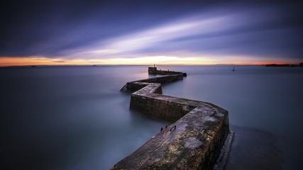 Großbritannien, Schottland, Blick auf Meer mit Pier