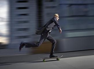 Deutschland, Köln, Mann Skaten auf der Straße