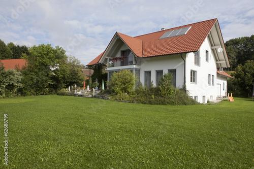 Deutschland, München, Blick auf Haus mit Garten