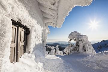 Deutschland, Bayern, Ansicht der schneebedeckten Berghütte am Bayerischen Wald