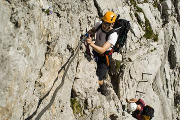 Deutschland, Bayern, Bergsteiger klettern steile Wand