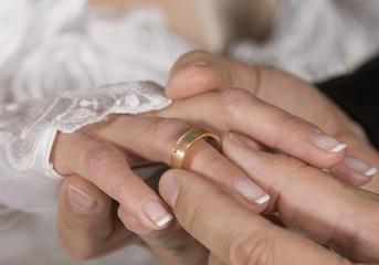 Mann anlegen Ehering an Frau