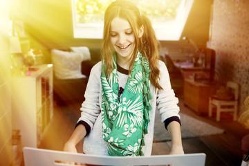 Lächelnd Mädchen spielen keyboard