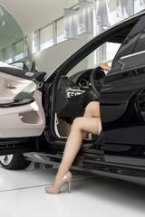 Beim Autohändler, Beine einer Frau im Auto