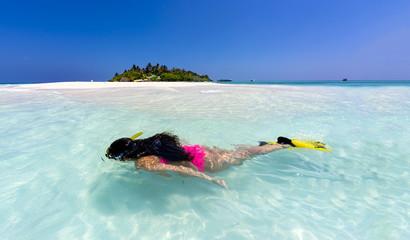Malediven, junge Frau Schnorcheln in der Lagune