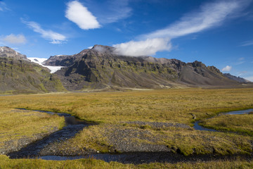 Island, Region Sudurland, Landschaften mit Bach, Wiesen und Hügel
