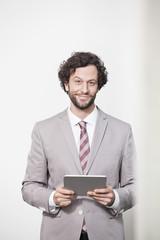 Deutschland, Köln, Geschäftsmann mit Tablet PC