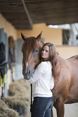 Deutschland, Korchenbroich, junge Frau mit ihrem Pferd
