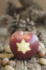Apfel, Nüsse und Tannenzapfen für Weihnachten auf dem Tisch