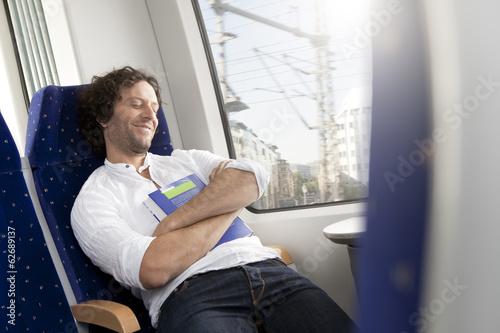 Entspannte Menschen in einem Zug