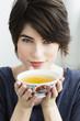 Deutschland, München, Frau mit Teetasse