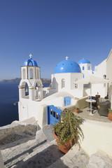 Griechenland, Ansicht der weiß getünchten Kirche und der Glockenturm in Oia