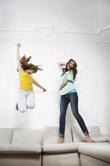 Deutschland, Berlin, Junge Frauen, Spaß, springen auf der Couch
