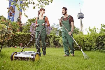 Deutschland, Köln, Junges Paar im Garten