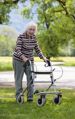 Österreich, Seniorin schieben Rollator Gehhilfe