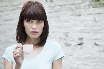 Deutschland, Köln, Frau mit Kaffeetasse