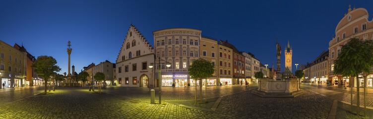 Deutschland, Bayern, Straubing, Theresienplatz mit Dreifaltigkeitssäule, Brunnen -Statue und Stadtturm