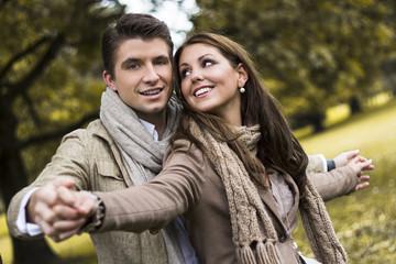 Glückliches Paar in einem Park