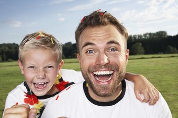 Deutschland, Köln, Vater und Sohn, die Unterstützung ihrer Fußballmannschaft