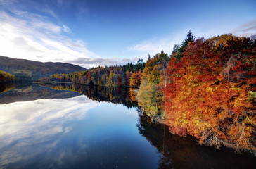 Vereinigtes Königreich, Schottland, Blick auf Loch Faskally im Herbst