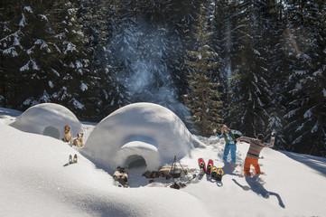 Österreich, Salzburg, Paar spielt mit Schnee in der Nähe Iglu