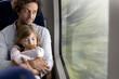 Vater und Tochter in einem Zug