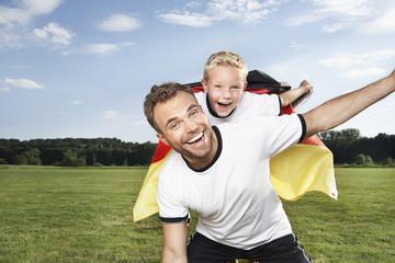 Deutschland, Köln, Vater und Sohn, Jubel im Fußball -Outfit