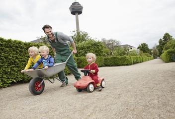 Deutschland, Köln, Vater mit Tochter und Sohn in der Schubkarre