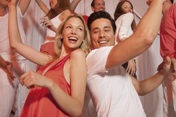 Deutschland, Stuttgart, Gruppe von Menschen tanzen in Nachtclub