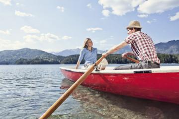 Deutschland, Bayern, Paar im Ruderboot