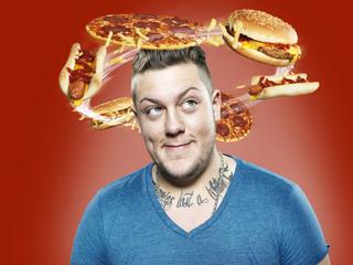Junger Mann mit fliegenden Fast-Food um seinen Kopf, Composite