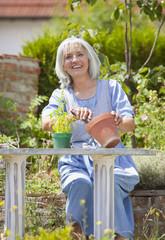 Deutschland, Bayern, Seniorin Gartenarbeit