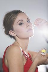 Deutschland, Junge Frau riecht Trüffelöl