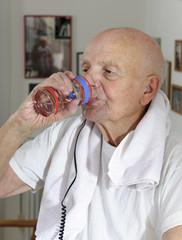 Senior Trinken wasser