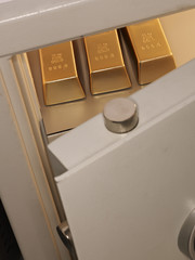 Drei Stücke von Goldbarren im Schließfach