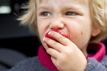 Mädchen isst Erdbeeren