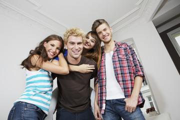Deutschland, Berlin, Gruppe junge Leute, die Spaß