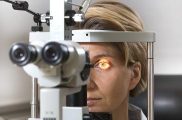 Deutschland, Augenuntersuchung an der Spaltlampe mit weiblichen Patienten