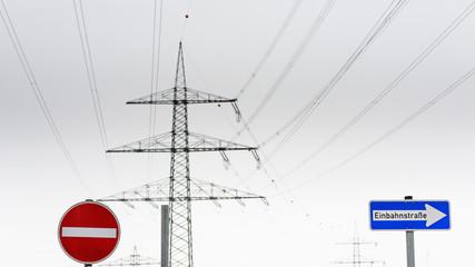 Deutschland, NRW, Verkehrszeichen Einbahn und Strommasten