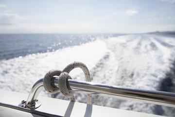 Italien, Sardinien, Seil auf Yacht Geländer