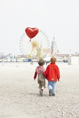 Deutschland, Bayern, München, Jungen mit herzförmigen Ballon auf Oktoberfest