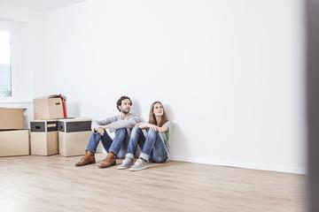 Paar sitzt auf Boden, schauen weg