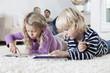 Deutschland, München, Junge und Mädchen, mit Tablet PC